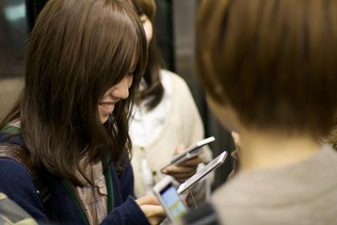 japanese-girl-texting_loops-san